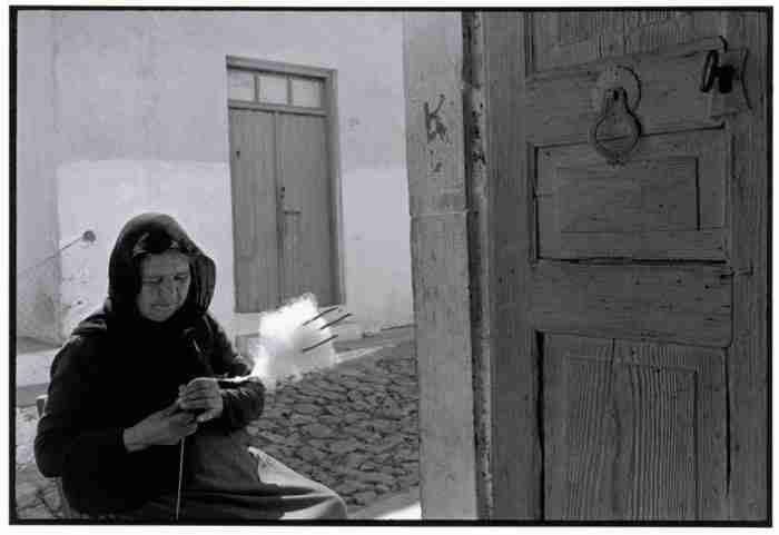 Η Ελλάδα του χθες μέσα από τις συγκλονιστικές φωτογραφίες του Κωσταντίνου Μάνου