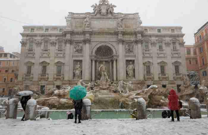 Η Ρώμη στα λευκά.. Οι εικόνες με το χιονισμένο Κολοσσαίο είναι απλά εντυπωσιακές