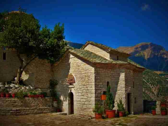Η Παναγία Σπηλιάς Αγράφων: Το μοναστήρι που θυμίζει αετοφωλιά ανάμεσα στις ελατοσκέπαστες πλαγιές