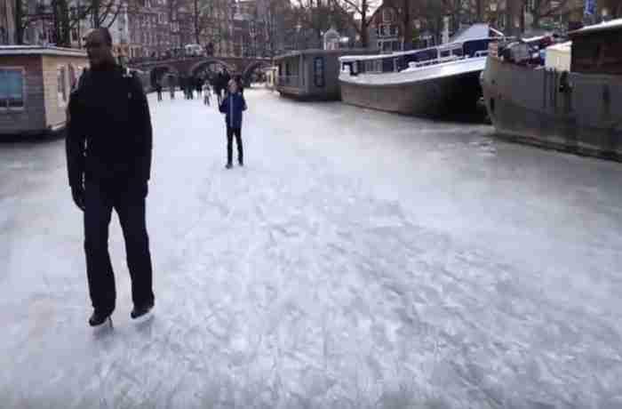 Απίστευτες εικόνες: Πατινάζ στα παγωμένα κανάλια του Άμστερνταμ