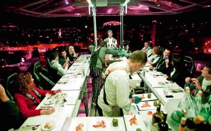 Το μοναδικό εστιατόριο στην Ελλάδα που μπορείς να φας σε ύψος 50 μέτρων από τη Γη βρίσκεται στην Αθήνα