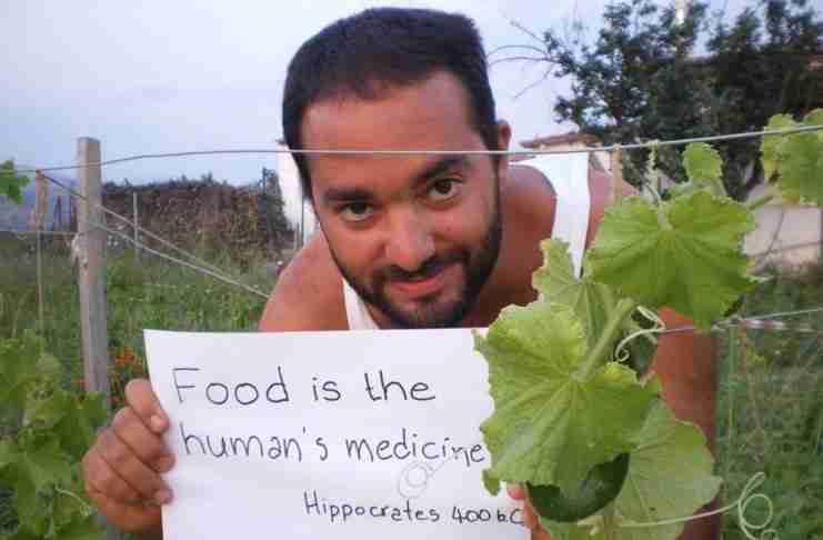 Ο Έλληνας νεαρός επιστήμονας που κατάφερε να θησαυρίσει μαζεύοντας.. άγρια χόρτα