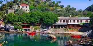 Το γραφικό πηλιορείτικο χωριό του Mamma Mia με τα κρυστάλλινα νερά και η περίεργη ιστορία του Απόστολου Βαϊνόπουλου