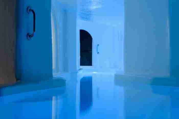 Η ωραιότερη πισίνα στην Ελλάδα. Ξεκινά από το μπάνιο και καταλήγει σε μπαλκόνι με θέα  ηφαίστειο και ηλιοβασίλεμα