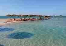 Το ελληνικό νησάκι που πας με τα.. πόδια. Εκεί βρίσκεται μια εξωτική παραλία με ροζ άμμο και κρυστάλλινα νερά