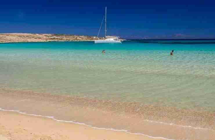 """Ελλάδα είναι.. Τα """"δίδυμα"""" νησάκια με τα εξωτικά νερά, τις θαλάσσιες σπηλιές και τις ωραιότερες παραλίες της χώρας"""