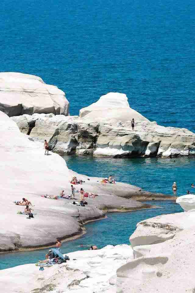 """Που βρίσκεται η παραλία με το πιο απόκοσμο τοπίο της χώρας; """"Σεληνιακοί"""" βράχοι και κρυστάλλινα νερά."""