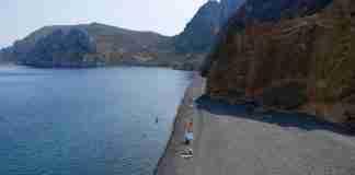 """Η """"μαύρη"""" ελληνική παραλία που όμοια της δεν θα βρεις πουθενά αλλού στον κόσμο"""