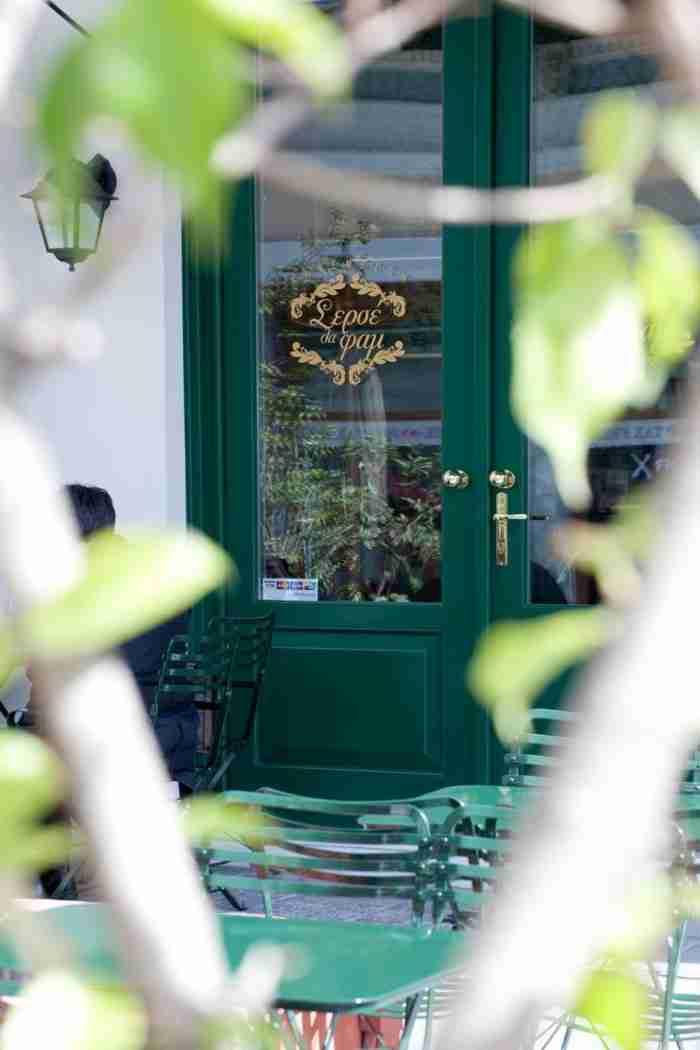 Το στέκι στο κέντρο της Αθήνας που θυμίζει καφενείο ασπρόμαυρης ελληνικής ταινίας