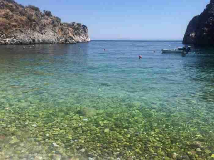 Το κρυμμένο μυστικό της Μάνης είναι μια μαγευτική παραλία με κρυστάλλινα νερά και κατάλευκα βότσαλα