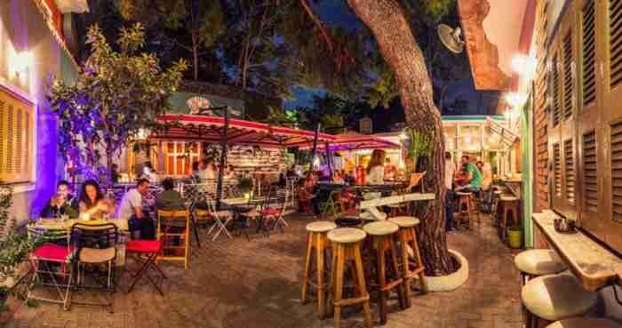 Το μαγαζί με την πιο πολύχρωμη αυλή της Αθήνας βρίσκεται στο Χαλάνδρι