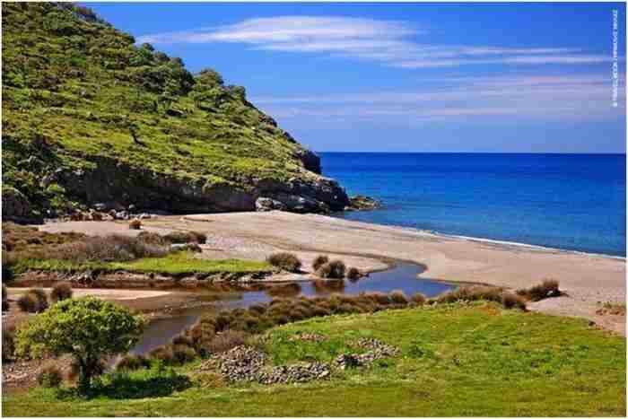 Το άγνωστο μικρό νησάκι όπου έζησαν εξόριστοι ο Ρίτσος και ο Λουντέμης είναι ένας μικρός Παράδεισος