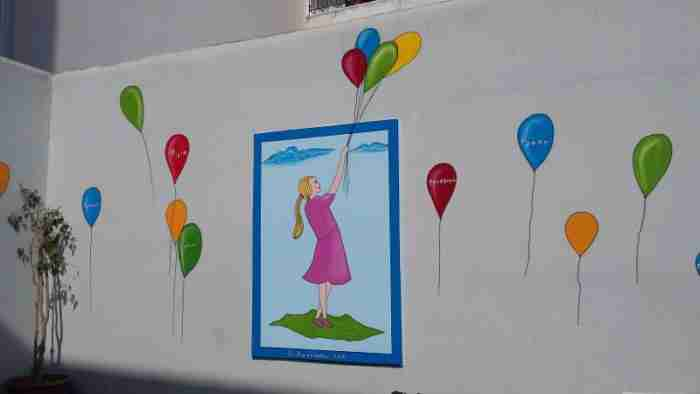 Ένας υπέροχος παππούς ομορφαίνει εθελοντικά σχολεία της Πάτρας με τις ζωγραφιές του