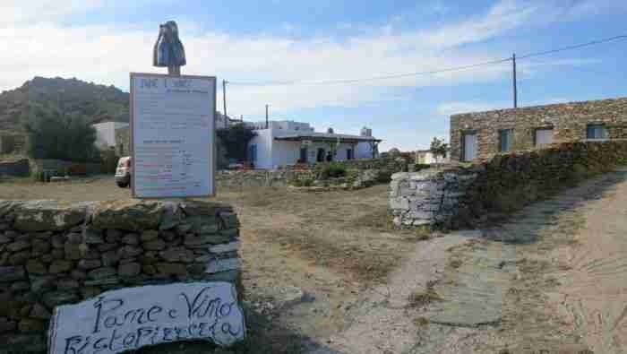 Στο πιο αλλιώτικο κυκλαδίτικο χωριό δεν υπάρχουν ούτε συνηθισμένα σπίτια αλλά ούτε και πλατεία