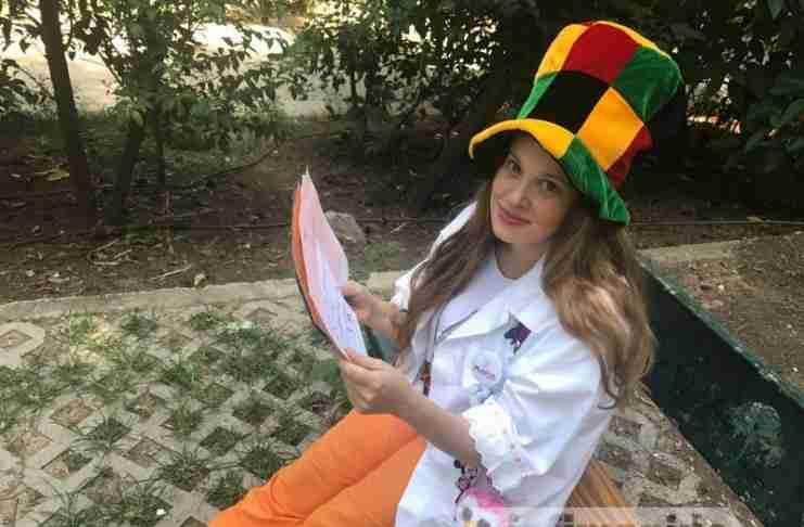 Η μοναδική κλόουν-γιατρός στην Ελλάδα που κάνει τα άρρωστα παιδιά να χαμογελούν