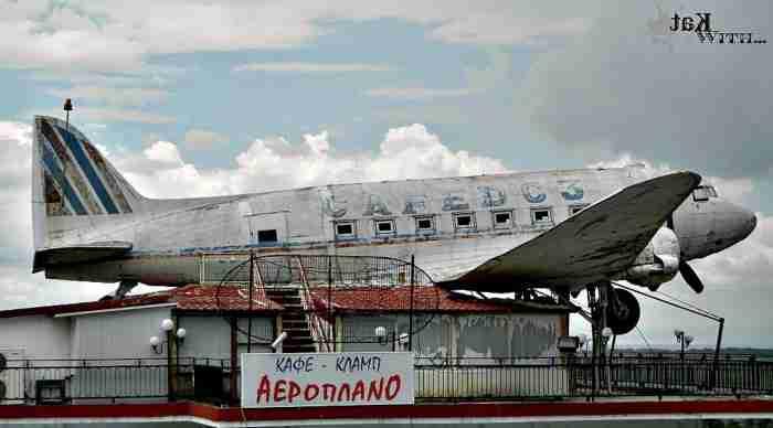 Το πιο ιδιαίτερο καφέ της Ελλάδας έχει ένα κανονικό αεροπλάνο προσγειωμένο στην οροφή του