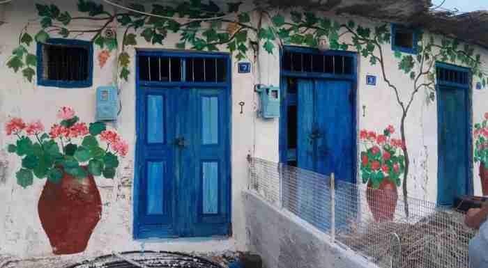 Μία γυναίκα πήρε τα πινέλα της και μετατρέπει σε έργα τέχνης ερειπωμένα κτίρια της Κρήτης