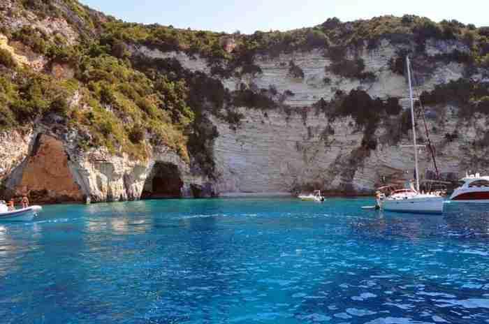 Οι 50 αποχρώσεις του μπλε: Το νησί που έφτιαξε ο Ποσειδώνας για να ζήσει τον έρωτά του είναι ένας Παράδεισος τσέπης