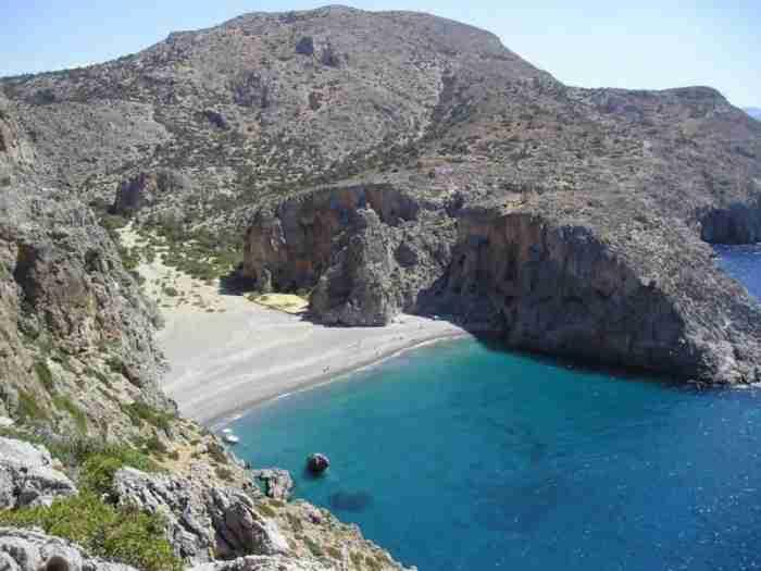 Η υπέροχη κρυμμένη παραλία που για να πας πρέπει να διασχίσεις ένα από τα ιστορικότερα φαράγγια της χώρας