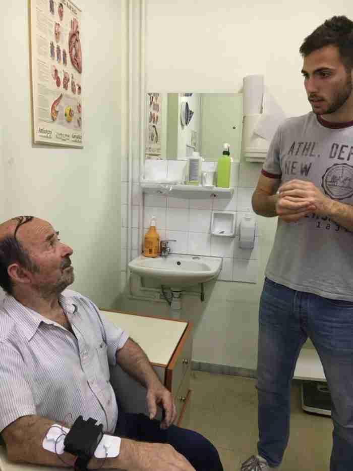 Καλά νέα: Έλληνες φοιτητές δημιούργησαν συσκευή που εξαφανίζει το τρέμουλο του Πάρκινσον