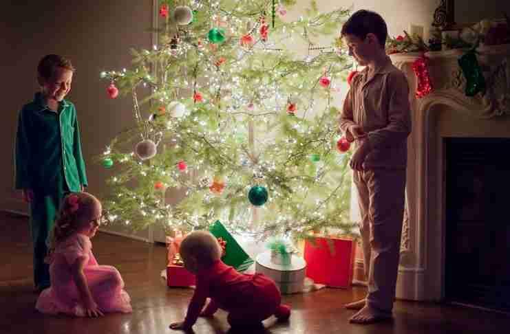 Πιο ευτυχισμένοι είναι οι άνθρωποι που στολίζουν νωρίς για τα Χριστούγεννα