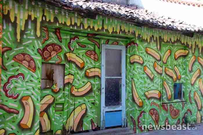 Καλλιτέχνης παίρνει τα πινέλα του και ομορφαίνει τους άχρωμους τοίχους της Κομοτηνής