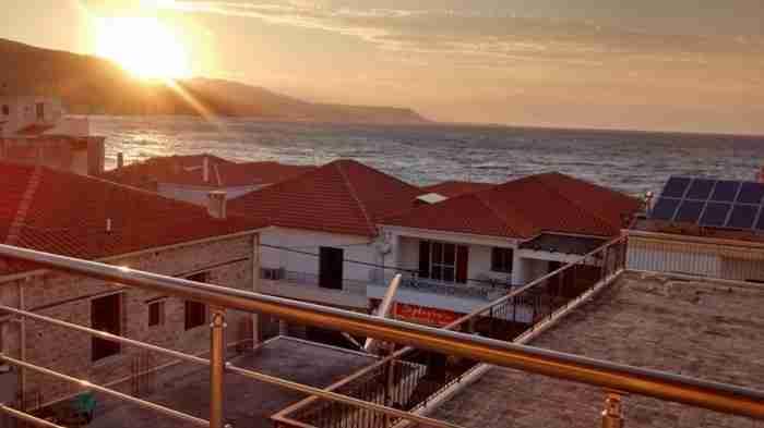 Στο Δερβένι Κορινθίας κάθε σπίτι έχει δική του παραλία