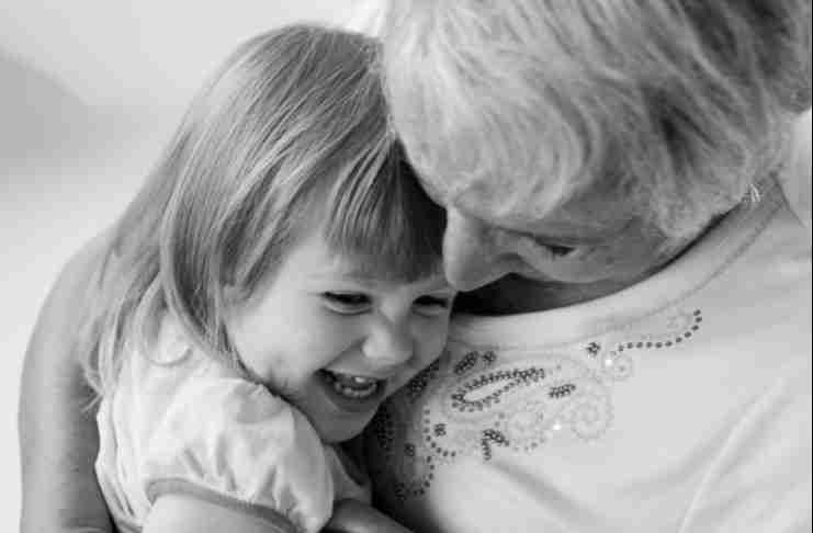 Οι παππούδες που φροντίζουν τα εγγόνια τους ζουν περισσότερο