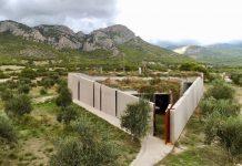 Το τριγωνικό σπίτι σε ελαιώνα στην Κορινθία που καταργεί τα όρια εξωτερικού και εσωτερικού χώρου