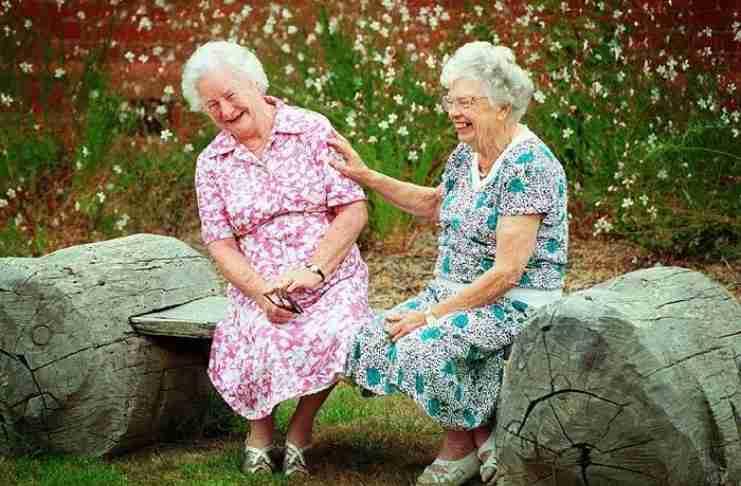 Όχι πια γηροκομεία: Η καινούρια μόδα είναι να γερνάμε με τους φίλους μας