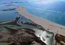 Το επίπεδο, παραδεισένιο ελληνικό νησί που είναι όλο παραλία