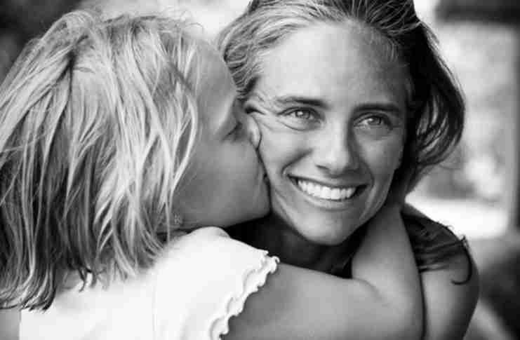 Πάρε τη μάνα σου αγκαλιά, όσο ακόμα προλαβαίνεις. Όσο ακόμα, είναι εδώ..