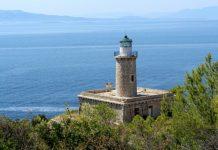 Κόγχη: Η κρυφή παραλία της Σαλαμίνας με τη φυσική πισίνα που σε ταξιδεύει στο Αιγαίο