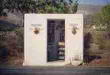 Υπάρχει μια στάση ΚΤΕΛ στην Πάρο που είναι και δανειστική βιβλιοθήκη