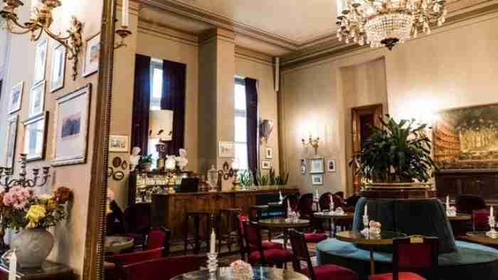 Το νέο καφέ του Δημοτικού Θεάτρου Πειραιά θυμίζει Γαλλικά bistrot