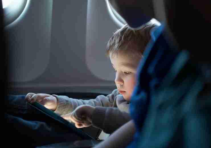 Όσο αυξάνεται ο χρόνος μπροστά σε οθόνες, τόσο χειροτερεύει η συμπεριφορά των παιδιών