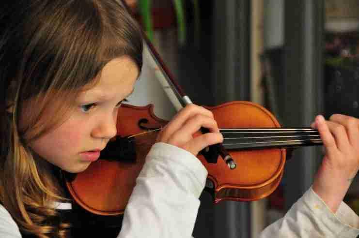Έρευνες αποδεικνύουν ότι η μουσική βελτιώνει τη μνήμη και την απόδοση του εγκεφάλου